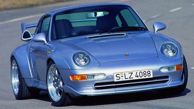 <br />993 GT2, 1995 год. Широкие &laquo;бёдра&raquo;, двойной турбонаддув и задний привод: это был 911-й редкой степени безумия. GT2 выпущен в 57 экземплярах и один был недавно продан за 2,4 миллиона.<br />&nbsp;