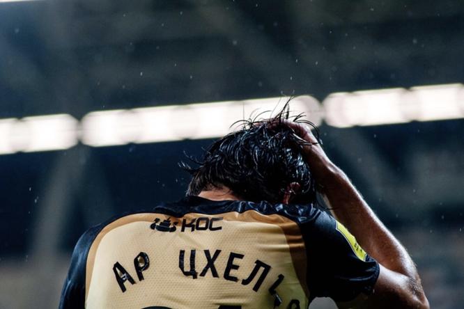 «Рассчитано накислотный дождь»: сфутболок игроков «Рубина» входе матча отклеились буквы иномера