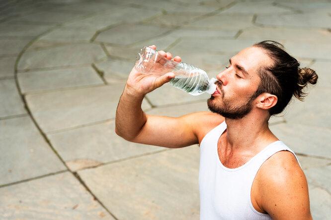 В чем польза минеральной воды: 4 причины включить ее всвой рацион