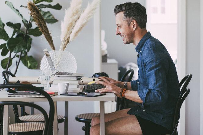 Мужчины устают отZoom ионлайн-встреч меньше женщин, потому что нетак сильно переживают освоей внешности