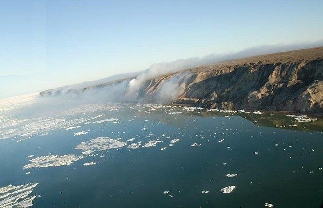 Дымящиеся Холмы расположены на востоке мыса Батерст на северо-западном побережье Канады, они были открыты английским мореплавателем Джоном Франклином в 1826 году. Холмы почти целиком состоят из горючих углеводородных сланцев, вероятнее всего самовозгоревшихся, а потому дым над ними клубится не первое столетие.