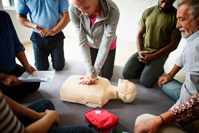 Первая помощь: как правильно делать искусственное дыхание имассаж сердца