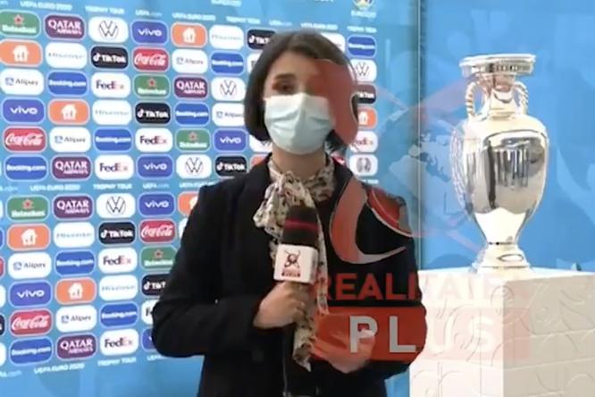Видео: вРумынии упал кубок чемпионата Европы — его опрокинул стенд, поваленный ветром