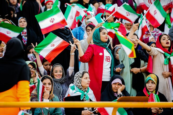 В Иране больше 100 раз прерывали трансляцию футбольного матча, чтобы непоказывать колени женщины-судьи