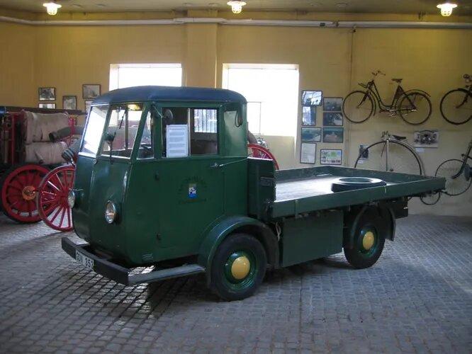 SEA (Svensk Elektrobil AB). Фирма основана в начале 1940-х и с самого начала специализировалась на выпуске компактных электромобилей. На снимке – электрогрузовик SEA 1943 года выпуска, грузоподъёмность – 2,5 тонны, скорость – 25 км/ч. К концу 1950-х производство автомобилей свернули, компания существует под другим названием до сих пор и занимается исследованиями в области атомной энергии.