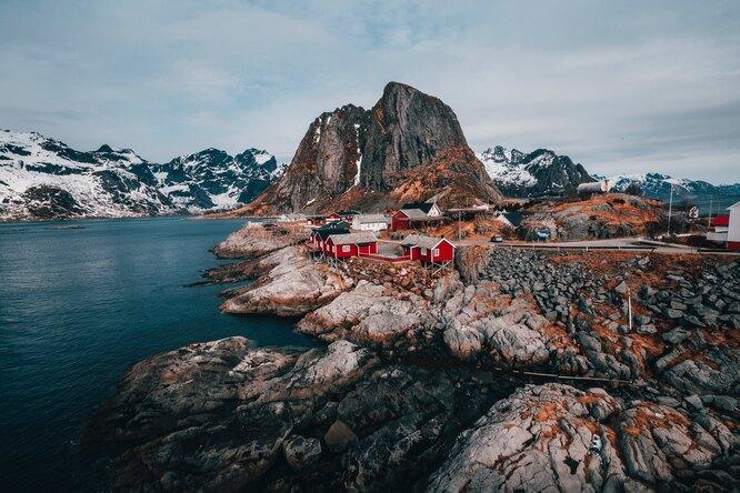 Видео: норвежец захотел снять прогулку вгорах ив прямом эфире упал собрыва