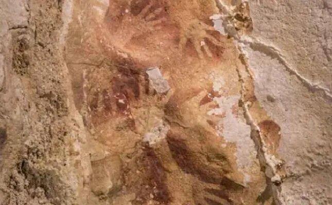 <br />А вот в случае наскальной живописи самыми древними считаются картины, найденные в пещерах на острое Сулавеси, в восточной части Борнео. По словам ученых, эти рисунки не младше 40 000 лет. Картины представляют собой трафареты ладоней и рисунки местных животных. Возраст одного из них, названного &laquo;Бабируса&raquo;, составляет 35 400, что делает его самой старой известной работой по изобразительному искусству. До этого старейшими считались изображения животных позднего палеолита, найденные в пещере Шове во Франции. Их возраст археологи оценивают в 30 000 &ndash; 32 000 лет.<br />&nbsp;