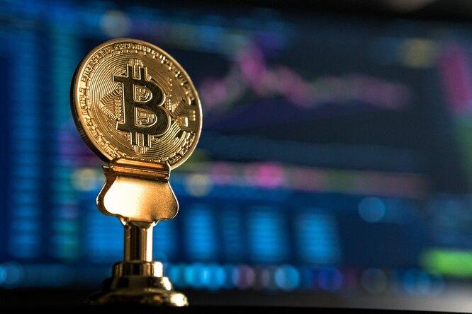 Стоимость биткоина достигла минимума впервые заполгода
