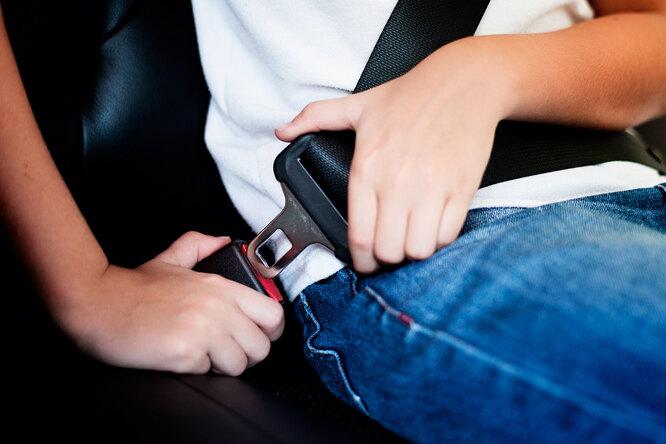 В каких ситуациях запрещено застегивать ремни безопасности вавтомобиле