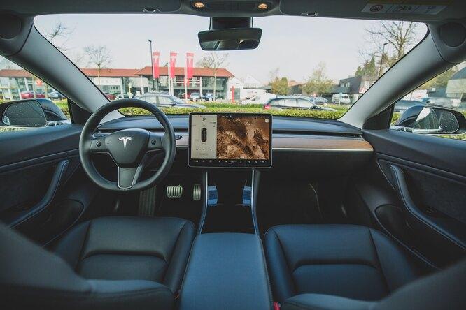 Видео: американец разбил монитор управления Tesla, чтобы проверить работу машины