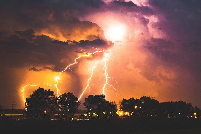Как защитить себя отудара молнии: чего ни вкоем случае нельзя делать во время грозы