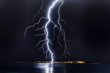Как вести себя во время грозы ине пострадать отудара молнии