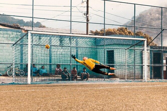 Видео: нафутбольном матче вГане забили гол сцентра поля