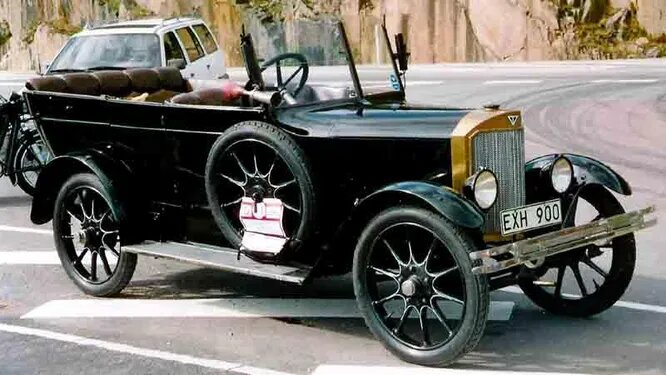 Thulin. Компания AB Thulinverken специализировалась на самолётах и производила их с 1914 по 1958 год (в принципе, остатки компании внутри другой структуры сохранялись аж до 2004-го). Но с 1920 по 1927-й компания выпускала и автомобили – две модели под брендом Thulin, А и B. На снимке – Thulin A25 Phaeton (1925).