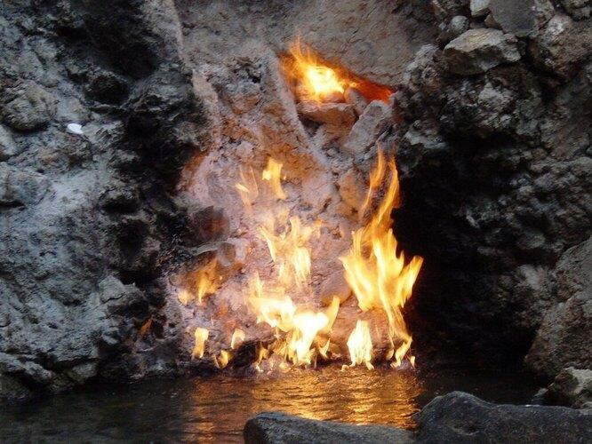 Пещера Воды и Пламени в Тайване – на самом деле не пещера, а скала с богатым источником метана, расположенным около грязевого вулкана. Подземный газ горит уже около трёхсот лет и пару столетий назад достигал трёхметровой высоты.