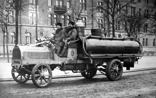 <br />Sоderbloms Gjuteri &amp; Mekaniska Verkstad. Завод, производивший легковые автомобили, мотоциклы и грузовики с 1900-го (основана была в 1877-м) по 1909 год. На снимке &ndash; автоцистерна 1907 года.<br />&nbsp;