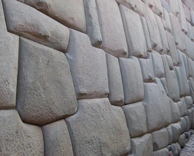 <br />Инкская укладка стен вызывает у современных архитекторов бурное восхищение. Инки подгоняли массивные каменные блоки так плотно друг к другу, что между ними невозможно было протиснуть иглу. Многие сооружения инков прекрасно простояли сотни лет, несмотря частые землетрясения в регионе, а вот секрет кладки до нас не дошёл.<br />&nbsp;