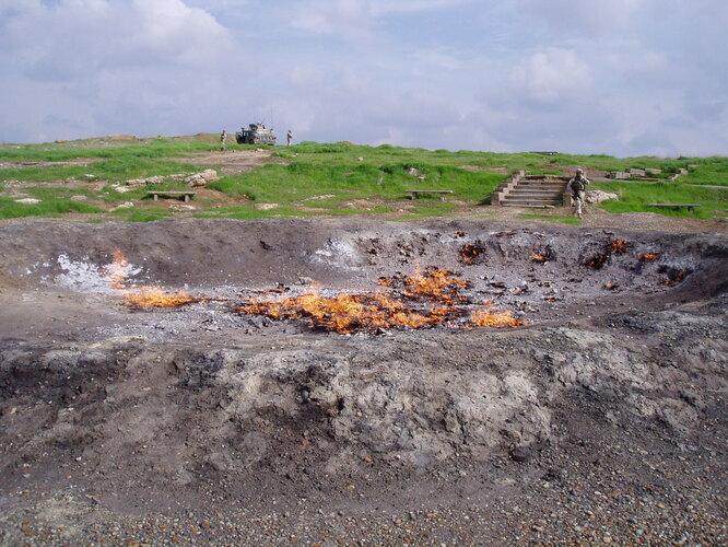 Баба-Гургур – крупное нефтяное месторождение возле иракского города Киркук. Горит на нём всё же не нефть, а газ – но на протяжении минимум 4 тысяч лет. Этот вечный пожар упоминали в своих трудах Геродот и Плутарх, и он же вероятнее всего был той самой «огненной печью», в которую Навуходоносор приказал кинуть трёх отроков за отказ поклоняться золотому идолу.