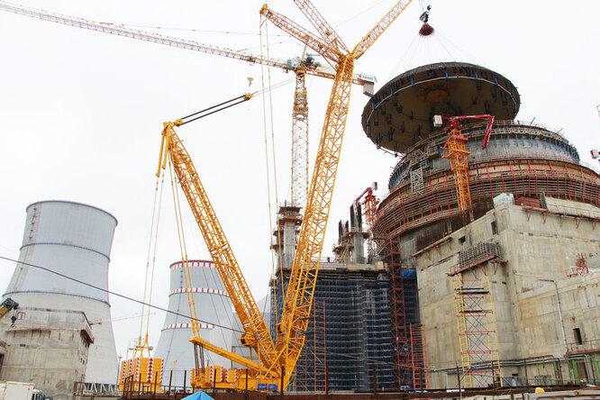 Установка купола гермооболочки (контейнмента) с установленной в нем спринклерной системой. Ленинградская АЭС-2