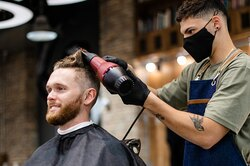 «Из пещерного человека вжителя мегаполиса»: мужчина подстригся ипобрился впервые запять лет