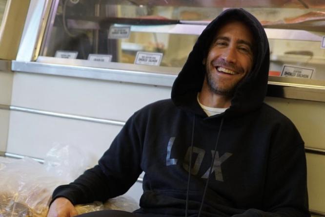 Джейк Джилленхол представил собственный мерч — черные худи сбольшими буквами LOX