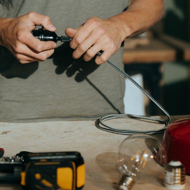 Как сделать удлинитель изкуска кабеля, розетки истарой лампочки
