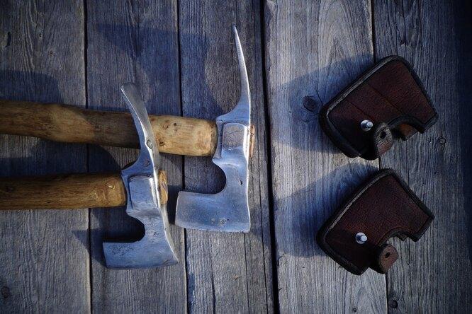 Усовершенствованный топор мощно рубит дрова: видео