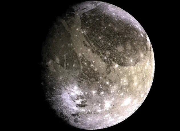 <br />Ганимед. Крупнейший спутник не только Юпитера, но и вообще любой планеты всей солнечной системы. Под его поверхностью, разумеется, подозревают наличие жидкой воды. Ганимед - единственная из всех лун, которая обладает собственным магнитным полем, а также тонкой кислородной атмосферой. В 2022 ЕКА планирует запустить миссию по исследованию Ганимеда, Каллисто и Европы, из которых именно Ганимед наиболее подходит для колонии.<br />&nbsp;