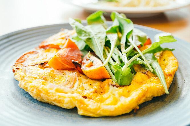Быстрый сырный омлет стунцом: вкусный ипитательный завтрак