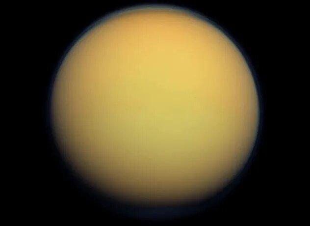 <br />Титан. Крупнейший спутник Сатурна &ndash; место по меньшей мере интересное, наполненное метановыми озёрами и реками. Дышать там, правда, не получится, а температуру в -179 &deg;C удастся пережить лишь в защитных костюмах. Еду придётся растить под искусственным светом, ведь Титан получает лишь от 1/300 до 1/1000 света Солнца по сравнению с Землёй&hellip; Зато какой простор для исследований!<br />&nbsp;