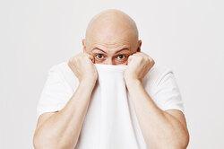 Почему выпадают волосы: стилист иврач разбирают главные мифы омужском облысении