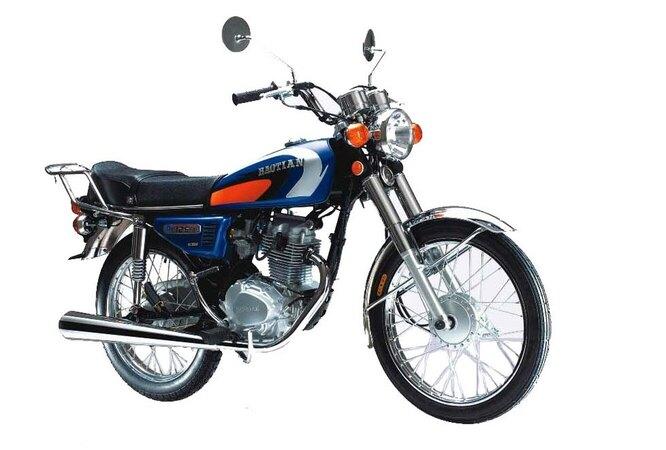 Baotian (Цзянмынь). Существующий с 1994 года производитель скутеров и мотоциклов. Как ни странно, львиная доля Baotian идёт на экспорт в… Финляндию – там очень популярны тюнингованные «китайцы». На снимке Baotian BT100-2 (EEC).