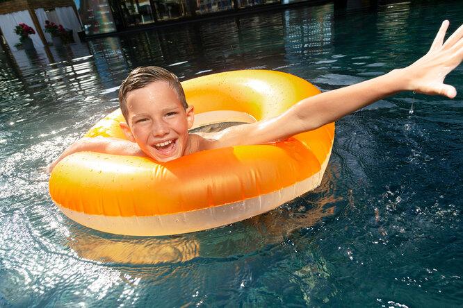 Как уберечь ребенка отнесчастного случая наводе: правила безопасности, которыми нельзя пренебрегать