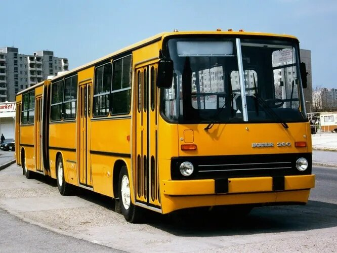 Ну ладно, начнём с Ikarus. Компания была основана в Будапеште в 1895 году как производитель экипажей и металлических изделий, а с 1913 года окончательно перешла на автомобили и автобусы. Позже производство автомобилей свернули, а Ikarus существует по сей день как один из ведущих европейских автобусных заводов. На снимке Ikarus 280 – классика, знакомая с детства.