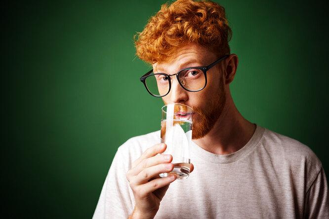 Зачем нужно выпивать стакан воды после пробуждения: развенчиваем 4 популярных мифа