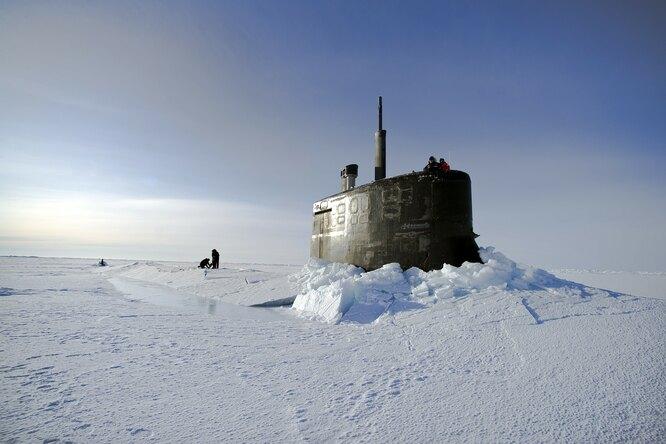 Как субмарина всплывает сквозь арктический лед: видео