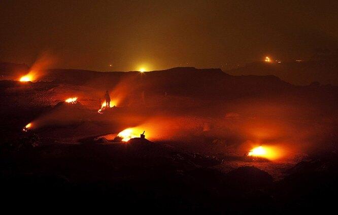Угольный бассейн неподалёку от индийского города Джария – отличный пример того, что «вечный огонь» может пылать не только за счёт газа. Это не скромный огонёк для привлечения туристов – это сеть чудовищных пожаров, которые не удалось потушить никаким количеством воды, песка и химикатов. Первый из них возник в 1916 году, и по данным экспертов, запасы угля Джарии будут гореть ещё около 4 тысяч лет.