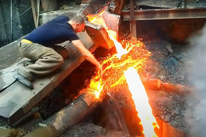 Как сталевар сунул руку врасплавленный металл иуцелел