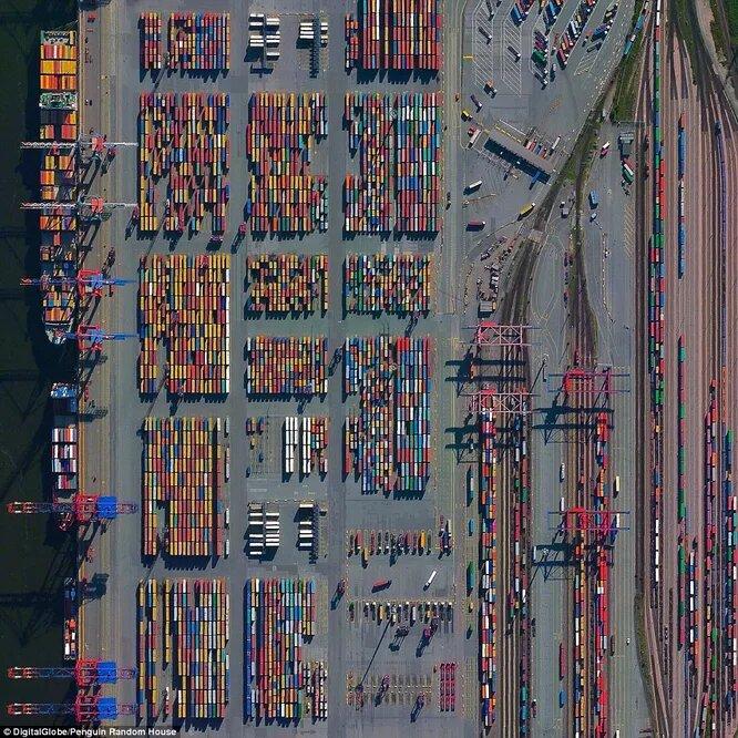 Контейнерный терминал в гамбургском порту пропускает 132 миллиона тонн грузов в год. Это почти треть суммарного веса всех людей на Земле.
