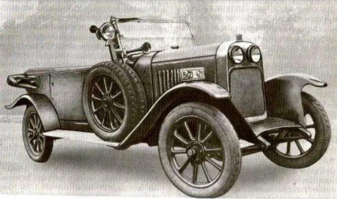 Fejes – компания, существовавшая с 1923 по 1932 год, но за это время изготовившая всего 45 автомобилей, часть которых была приобретена почтовой службой. На снимке Fejes 1926 года с кузовом «туринг». Обратите внимание на необычное решение по размещению фар.