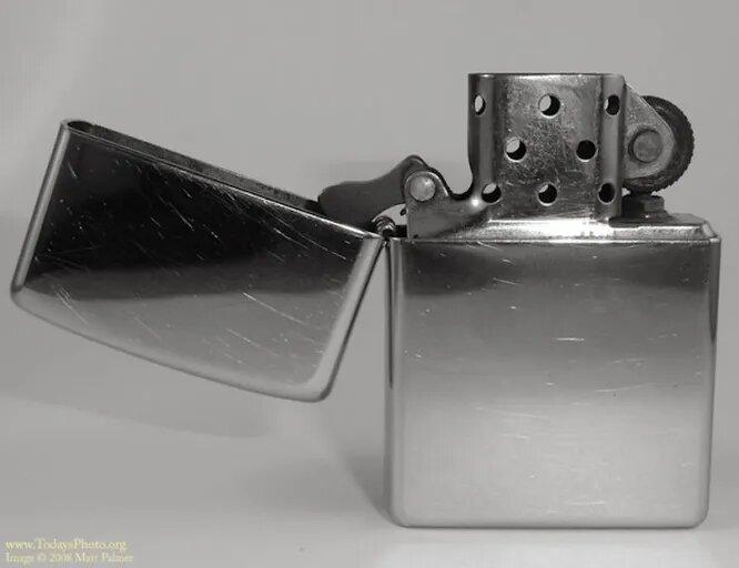 <br />Зажигалку Zippo продают с пожизненной гарантией, а ее фитиль может пережить хозяина. Эта штука работает под дождем, мокрым снегом и градом. И да, ее можно смело передать по наследству потомкам.<br />&nbsp;