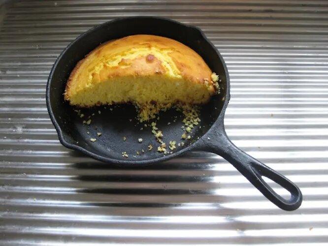 <br />Чугунная сковорода служит на кухне столетями, а значит, о покупке новой утвари можно забыть навсегда. Тефлон нервно дымится в сторонке.<br />&nbsp;