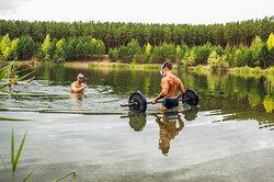 Жим лежа подводой: вирусный вид экстремальной тренировки