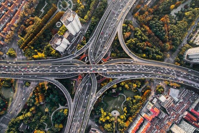 Сколько времени российские автомобилисты проводят впробках?