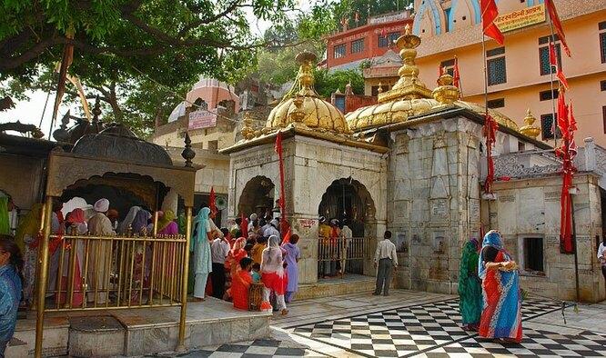 Храм Джваламукхи входит в число наиболее значимых шактийских гималайских храмов, где поклоняются первоэлементу огня. Природный газ горит в нём небольшим голубым пламенем, привлекая десятки тысяч посетителей каждый год.