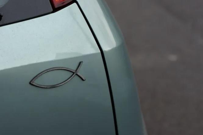 Что означает наклейка-рыба наавтомобиле икто ее придумал?