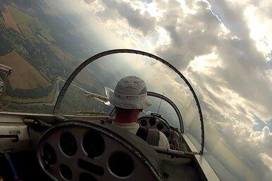 Полет напланёре сквозь облака: вид изкабины пилота