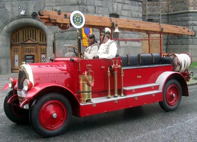 <br />Tidaholm. Эта компания удивительна тем, что образовалась во времена&hellip; позднего Средневековья. И 400 лет делала экипажи, пока в 1895-м братья Линдстрёмы из Тидахольма не решили перейти на велосипеды, а в 1903-м &ndash; на автомобили. Правда, в 1932 году производство разорилось, но в течение 30 лет компания была вполне успешна и выпустила множество грузовиков и автобусов. На снимке &ndash; пожарный Tidaholm T2C 1929 года.<br />&nbsp;