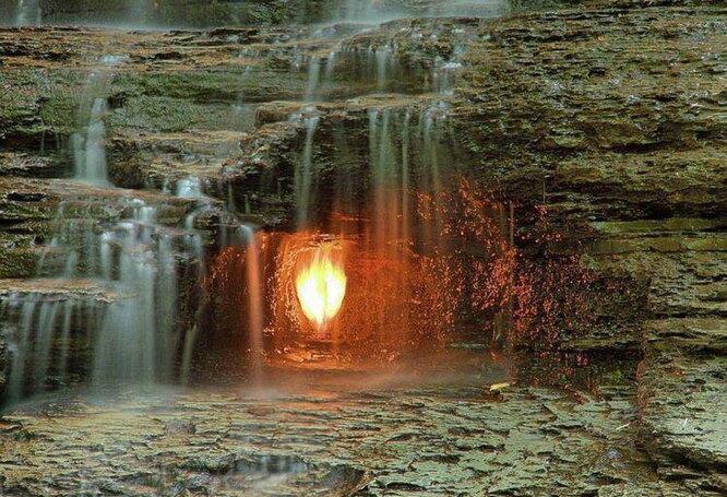 В парке Чеснат Ридж штата Нью-Йорк источник «вечного пламени» находится под водопадом, создавая красивое сочетание огня и воды. Источник горит благодаря высокой концентрации этана и пропана, и периодически гаснет, но смотрители каждый раз разжигают его заново для привлечения туристов.