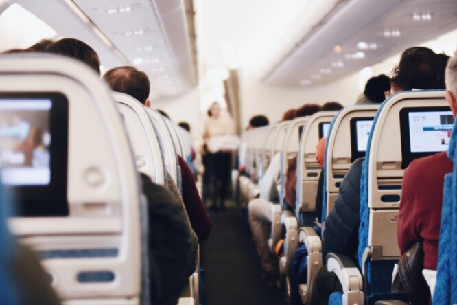 Видео: мужчина попытался открыть дверь самолета во время полета